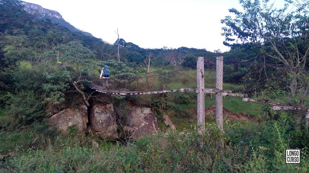 A ponte pênsil na chegada em Serra dos Alves