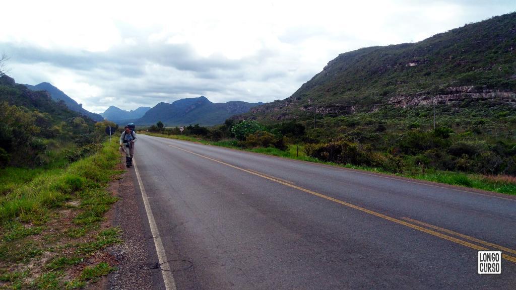 Caminhando na BA-142 em direção à Mucugê. As montanhas no fundo, agora nas nossas costas, são as mesmas que avistamos anteriormente a partir da trilha. Entre elas, corre o Rio Mucugê.