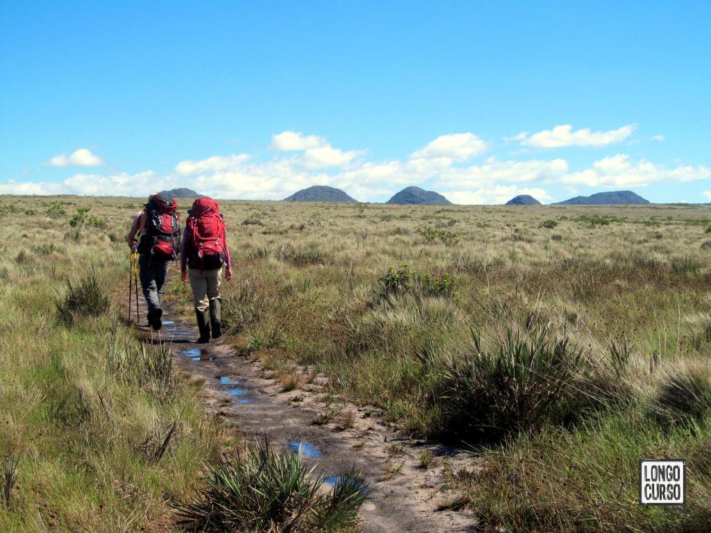 Morrotes arredondados surgem no horizonte como bons referenciais rumo ao Campo Alegre