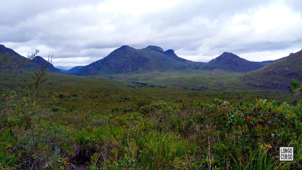 Visual do vale na direção de Mucugê. Na foto é possível identificar o leito do Rio Mucugê seguindo para montanhas situadas na entrada da cidade. A definição da imagem não permite distinguir a antena e os automóveis.
