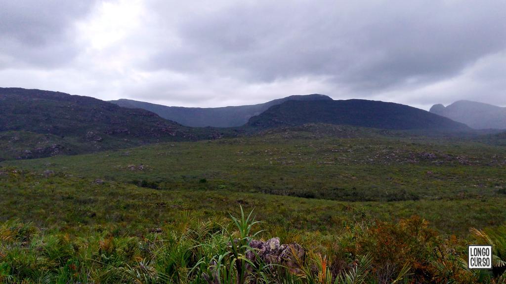 """Visual do leito do Mucugê e montanhas ao oeste, a partir do """"Acampamento Areal"""""""