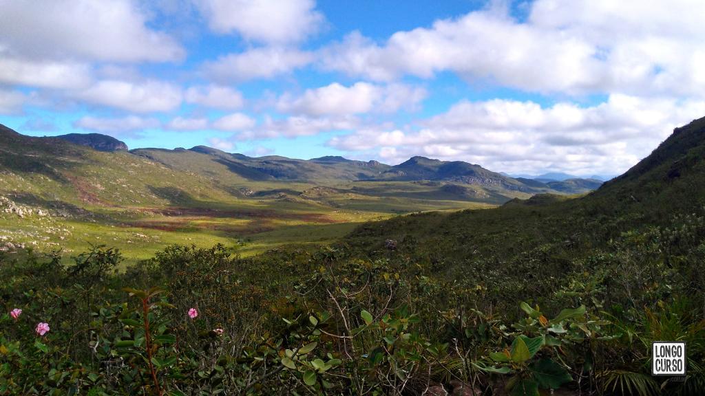 Nessa imagem apontada para o noroeste, vemos as montanhas que vamos deixando para trás conforme nos afastamos de Mucugê. Na planície no centro da foto, corre o Rio Mucugê.