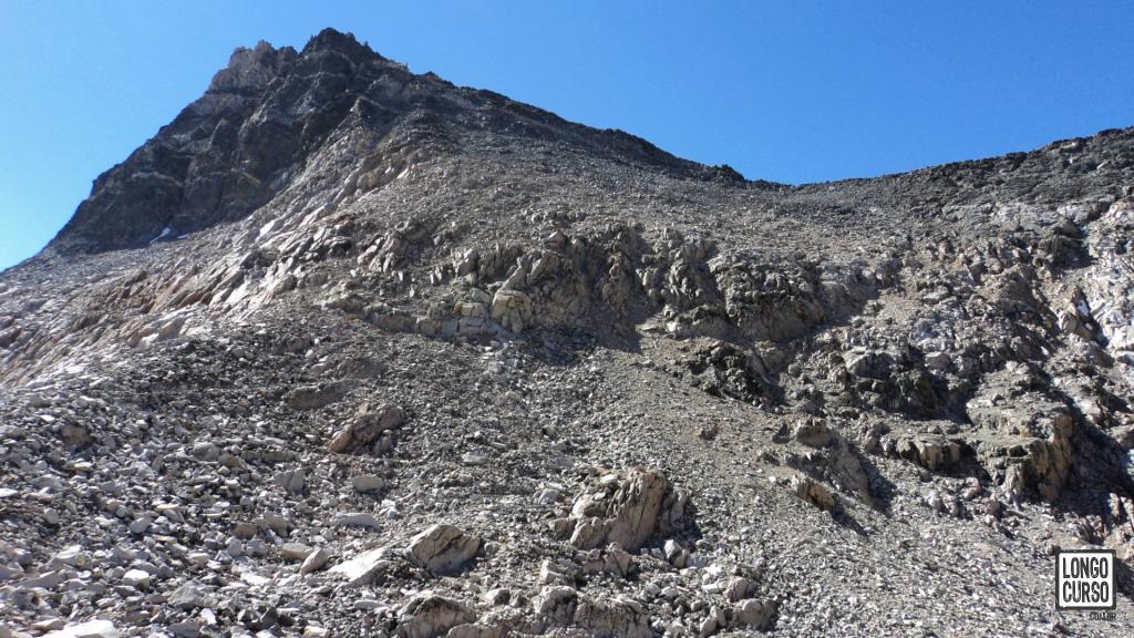 A parede de quase 200 metros de altura do Glen Pass se apresenta à nossa frente na metade do terceiro dia no Rae Lakes Loop