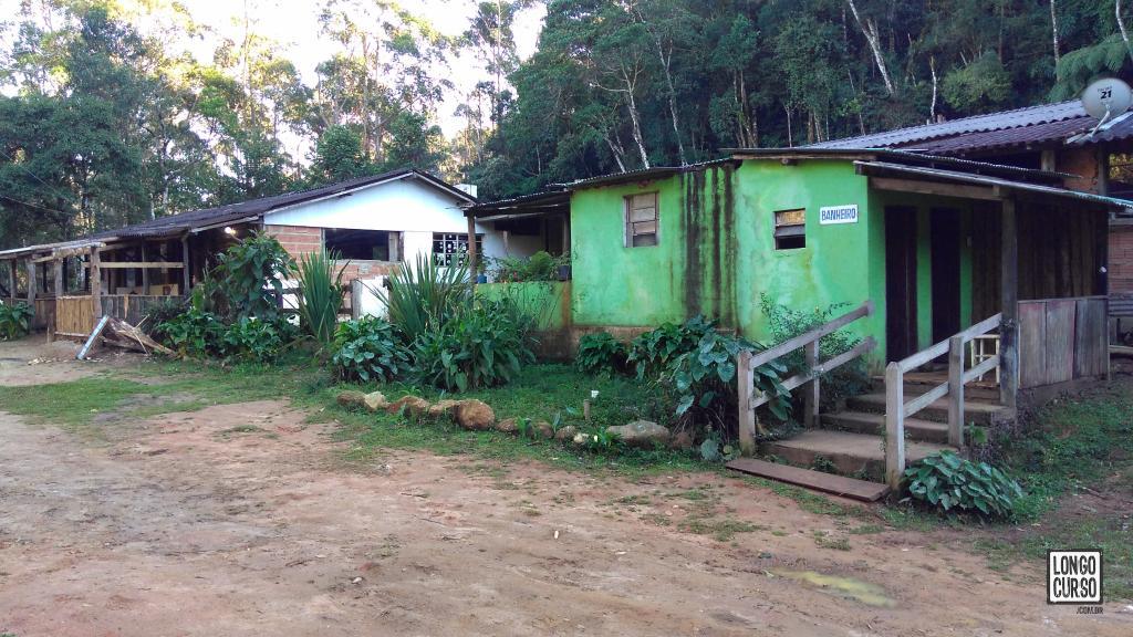A fachada do abrigo Marins. Ao fundo, o restaurante e, em verde, os alojamentos.