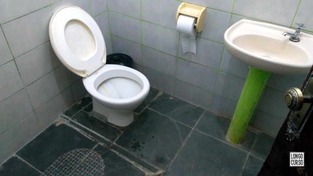 Um dos banheiros no abrigo Marins