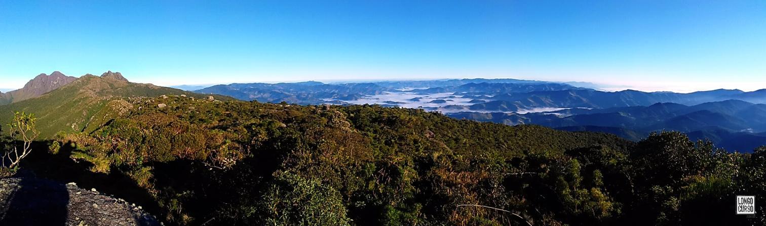 Da esquerda para direita, o Marins, a Pedra Redonda, o Marinzinho e um oceano de nuvens baixas cobrindo o vale no amanhecer.