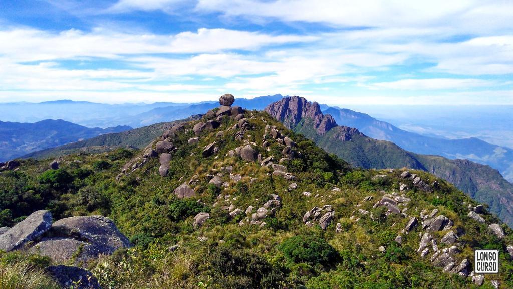 Pedra Redonda no primeiro plano e Itaguaré ao fundo