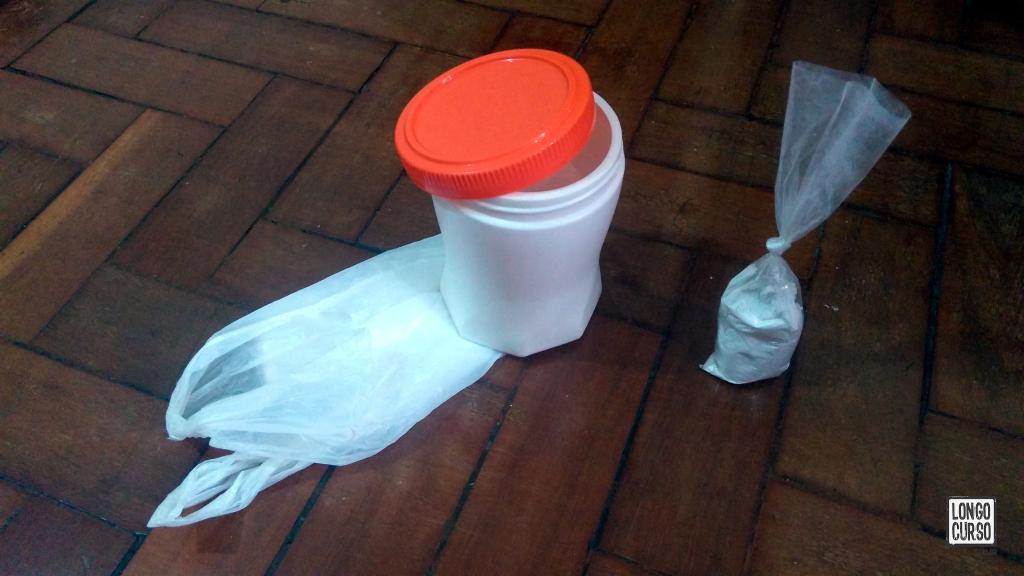 Shit tube prático montado com um saco plástico, um pouco de cal e pote de Ovomaltine.