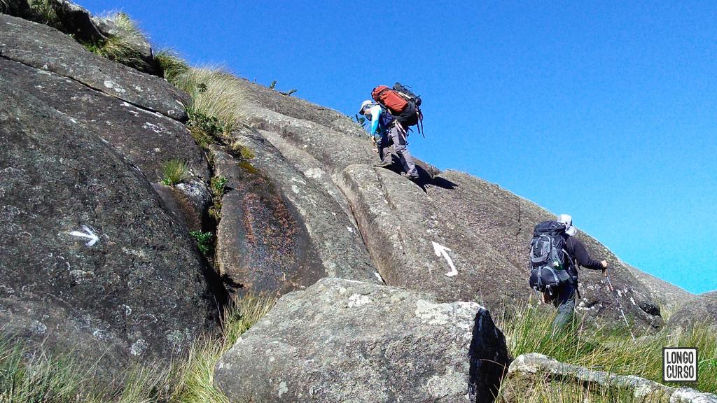 Sinalização do caminho através de setas pintadas na pedra. Trecho antes da escalada da fenda, na subida para o acampamento na base do Marins (excepcionalmente neste ponto as setas estão bem grandes).