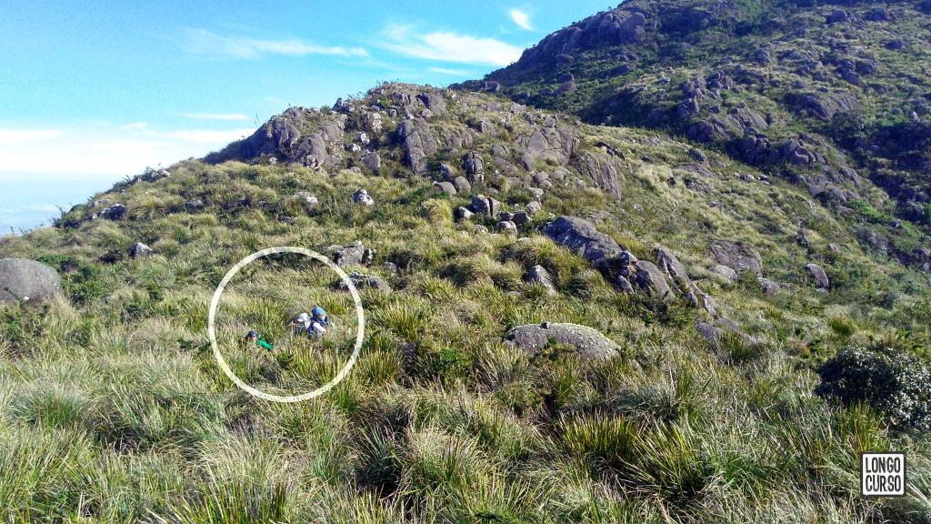 Ainda na descida da Pedra Redonda. Em destaque, dois integrantes da equipe navegando pela vegetação.