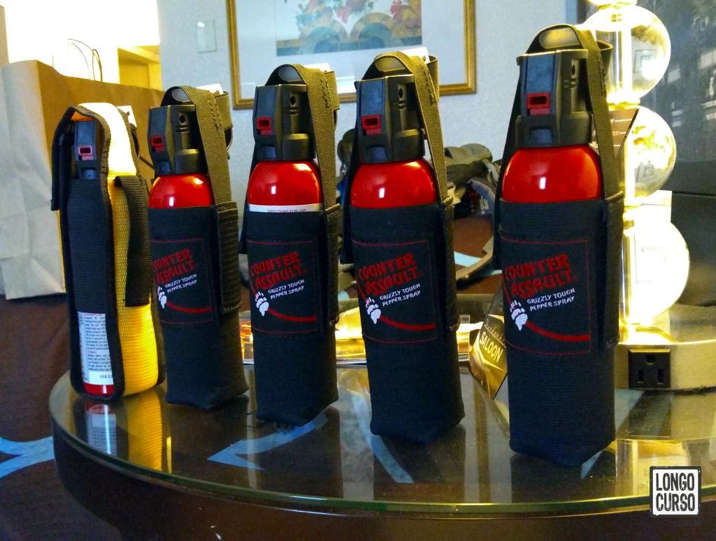 Nosso arsenal de bear sprays sendo preparado para o transporte no hotel de Las Vegas