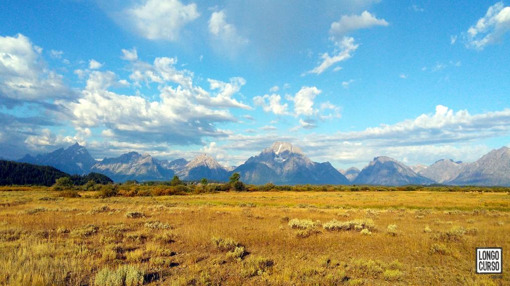 Manhã no Willow Flats. Com a imagem ampliada talvez seja possível identificar o rebanho de cervos no lado direito da pradaria.