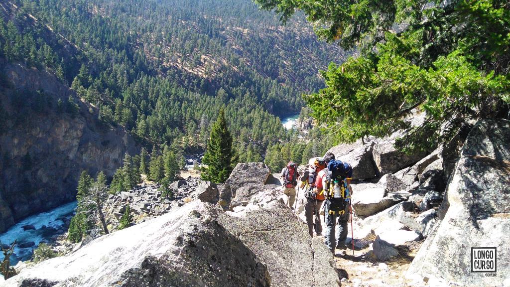 O grupo caminha no Black Canyon of Yellowstone River