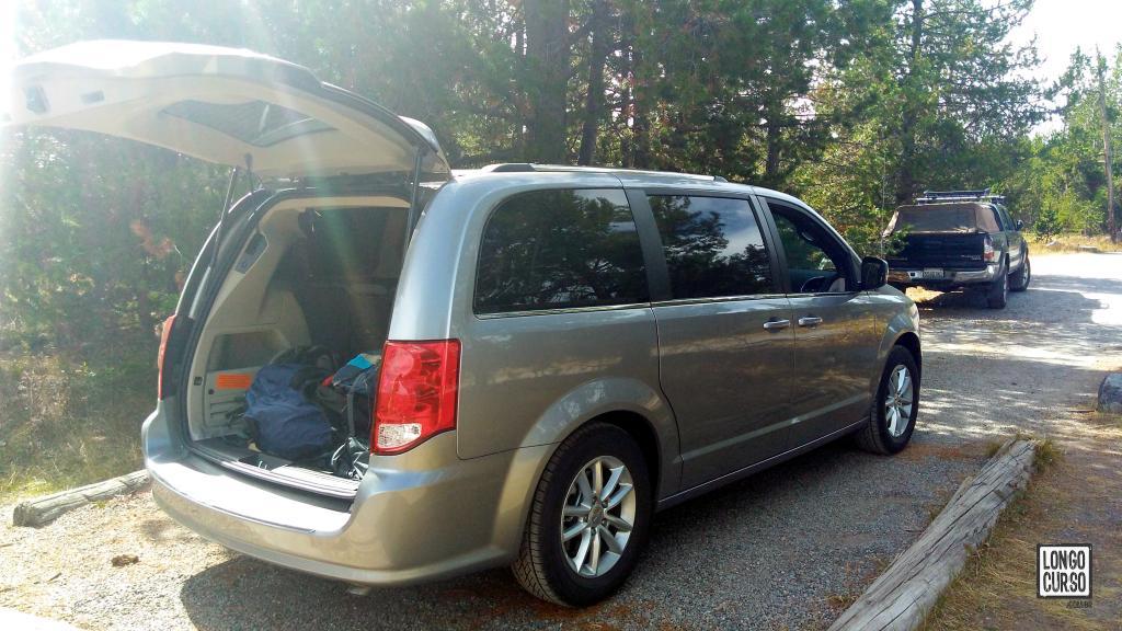 O carro alugado estacionado na área de acampamento perto a portaria sul do Parque